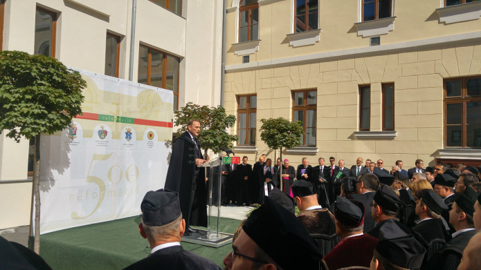Köszöntő beszédet mond Kállay Dezső rektor