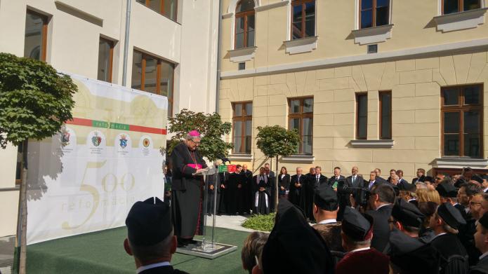 Az egybegyűlteket köszönti Jakubinyi György érsek