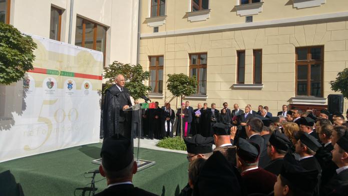 Az egybegyűlteket köszönti Bogárdi Szabó István püspök