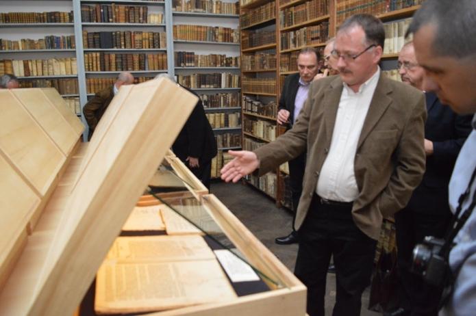 A kiállítást bemutatja Kurta József könyvtáros.