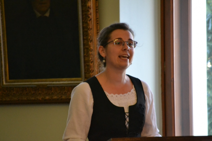 A kibúcsúzó magiszteris hallgatók nevében Tőtős Emese Brigitta mond beszédet